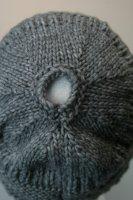 Damenstrickmütze mit Zopfloch für lange Haare Grau